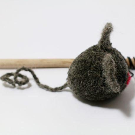 myszka-pompon-wedka-dla-kota-SingaLove