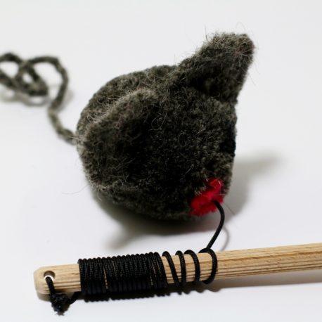 zabawka-dla-kota-z-myszka